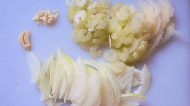 セルリー、玉ねぎを薄切りに切り、にんにくは半分刻む。