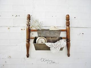 Estante confeccionado con el respaldar de una silla antigua