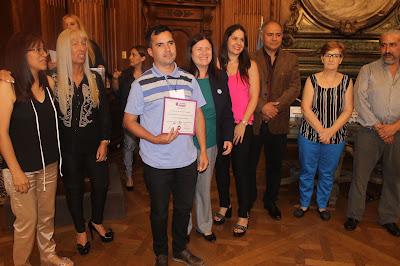 recibe el certificado Bonifacio Ayala