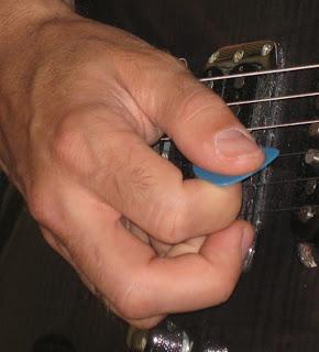 Movimiento de la púa. la mano derecha posición y técnicas
