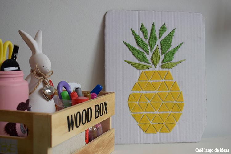 Lámina de piña bordada en un cartón