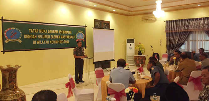 Dandrem 151/Binaya, Kolonel Inf Cristian K Tehuteru melakukan kunjungan kerja di Kota Tual dan Kabupatena Maluku Tenggara( Malra) dalam rangka memantau secara langsung kesiapan TNI dan Polri menghadapi Pemilihan Kepala Daerah (Pilkada) serentak 2018.