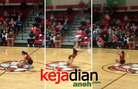Atraksi Cheerleader Shooting Bola Sambil Salto Di Udara