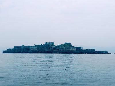 海に浮かぶ要塞のような軍艦島全景