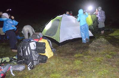 membuat tenda di puncak prau