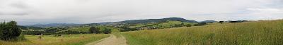 Panorama na zachód z polnej drogi schodzącej z Maciejowej.