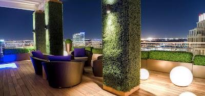 Muros verdes con follaje sintético