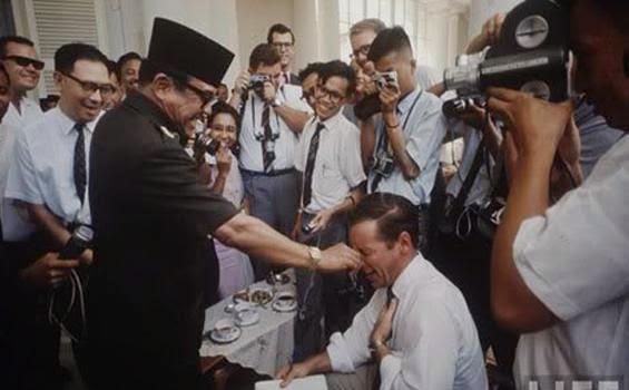 foto arsip sejarah peninggalan mendiang Presiden Soekarno kebanyakan hitam putih Photo-photo Presiden SOEKARNO  Full Color