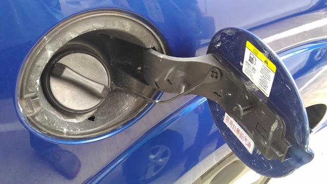 【生活分享】五股金讚汽車 Golden Top - 不愉快的烤漆經驗 (前傳) - 遍及全車的證據 - 油箱蓋內側
