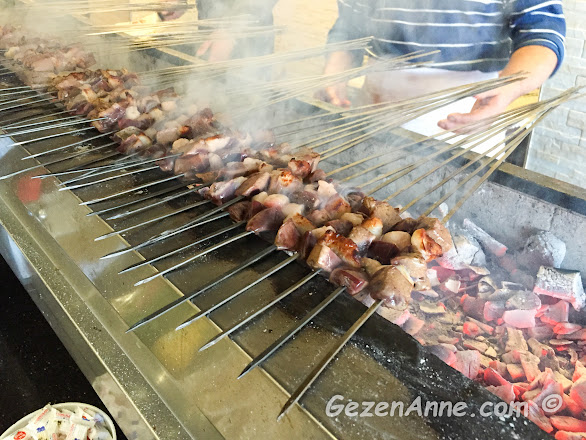 Adana'daki Ciğerci Birbiçer'de ciğer kebabı pişerken
