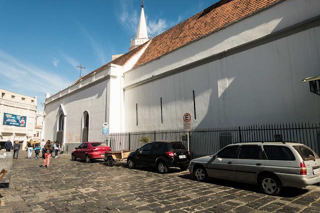 Na Rua Mateus Leme parte dos paralelepípedos foram feitos pelos escravos