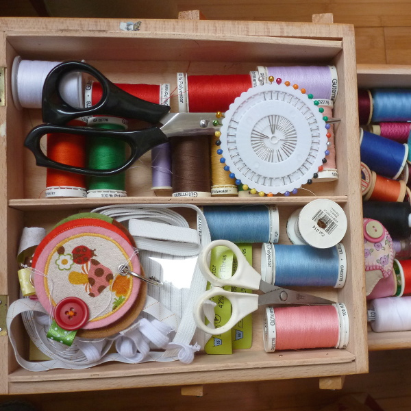 Sewing basket with threads, needles, pins, scissors, elastic and more
