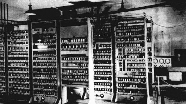 komputer generasi kedua memiliki ukuran yang masih besar, tapi dengan teknologi yang lebih canggih