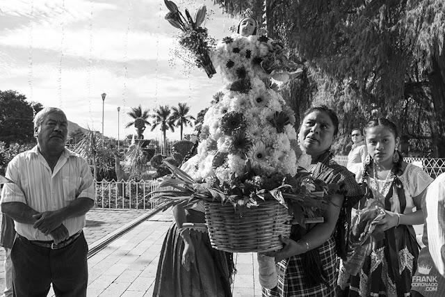 mujer con canasta de flores en oaxaca