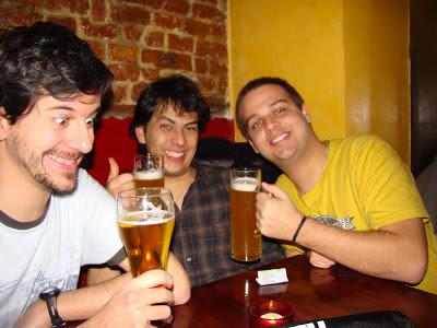 Provando cervejas alemãs num bar em Berlim