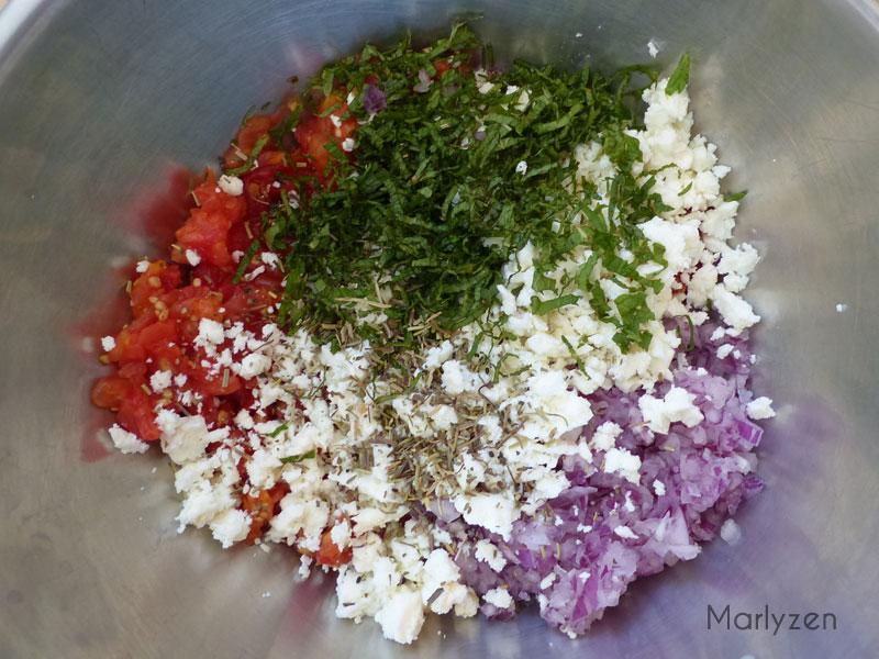 Mélangez tomates, oignon, feta, menthe, persil et origan.