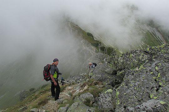 Grań z Pośredniej Magury opada na Rysią Przełęcz.