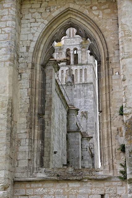 Gotyckie rzygacze w ruinach opactwa w Jumieges