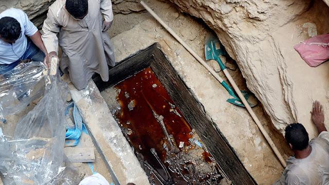 """Autoridades egipcias revelan qué es en realidad el """"jugo de huesos"""" del sarcófago recién abierto"""