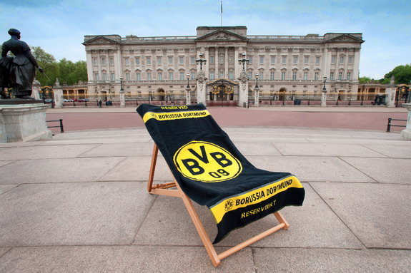 Dortmund place a deckchair outside the Buckingham Palace
