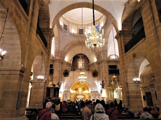 Interior de la Iglesia con la Reliquia en el Retablo