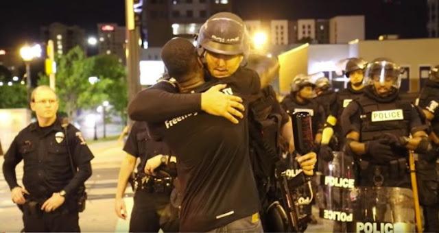 Regala abrazos a policías durante protestas en EU