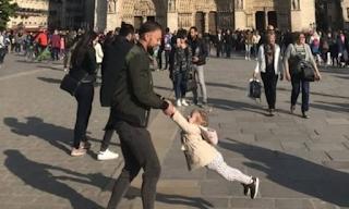 Παναγία των Παρισίων: Όλοι ψάχνουν τον άνδρα με το κoριτσάκι της φωτογραφίας που έγινε viral