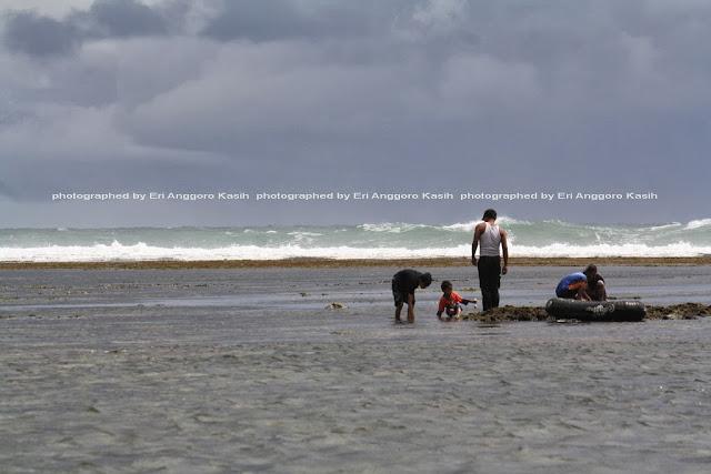 Pantai Sindangkerta dengan pantai dangkal dan mendatar.