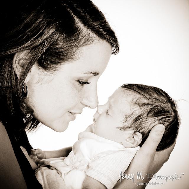 portrait de maman et bébé, photo sépia en studio sur fond blanc
