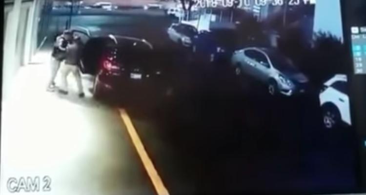"""VIDEO: Captan a dos sujetos dando un """"levantón"""" en Satélite, Naucalpan"""