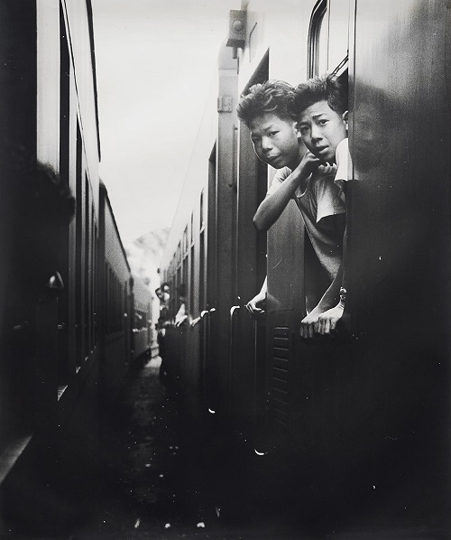 "Foto: Yau Leung - ""Train Junction (Ma Liu Shui)"", 1963. // imagenes chidas, historicas, bellas, hong kong antiguo, blanco y negro, cool pictures, vintage photos."