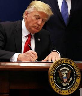 https://www.eine-zeitung.net/2017/01/24/mist-das-war-eine-unterschrift-zu-viel-trump-besiegelt-versehentlich-seinen-unverzueglichen-ruecktritt-als-praesident/