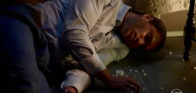 Aranha na cena em que foi encontrado desmaiado pela mãe após tentar se suicidar na novela