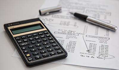 Kartka z obliczeniami i kalkulator