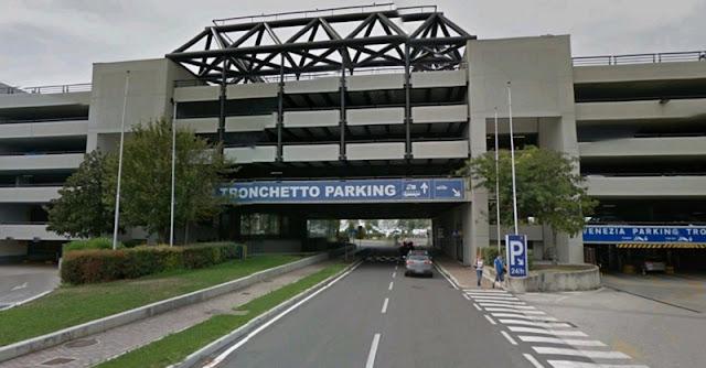 Grande estacionamento de carro em Veneza