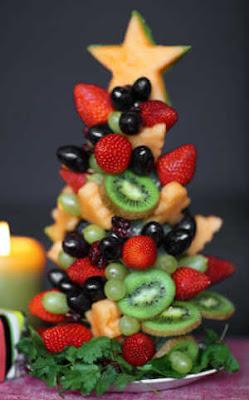 arvores de natal comestiveis feita com varias frutas