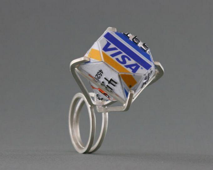 Diseño de anillo con tarjeta de crédito