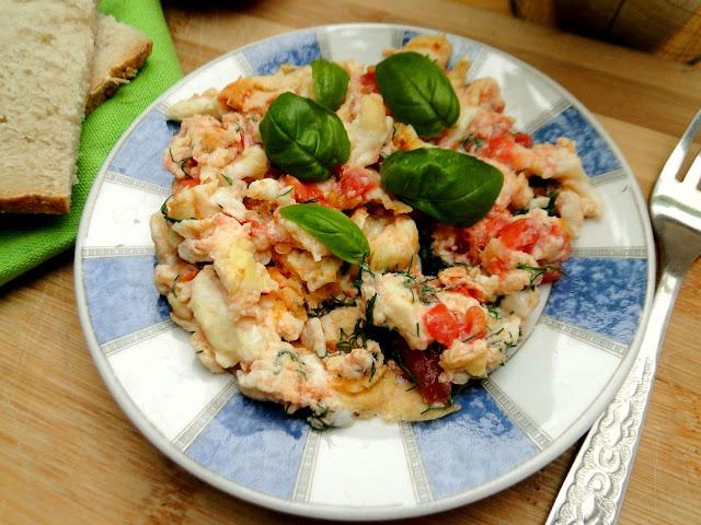 Jak usmażyć jajecznicę z pomidorami i serem