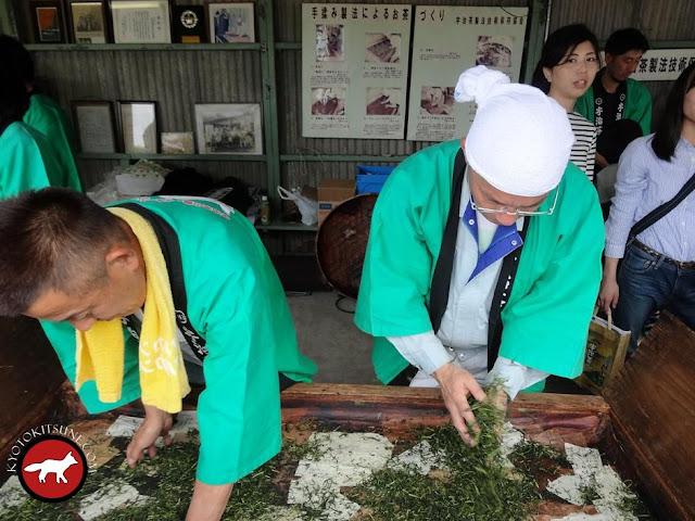 Séchage traditionnel à la main du thé vert