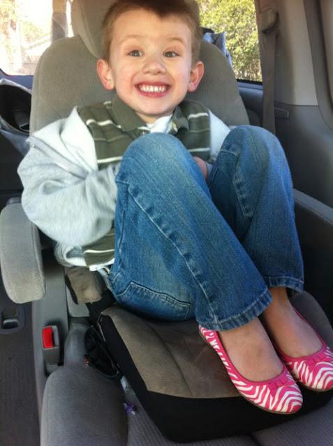 Foto de niño en su primer día de clases enoja a familiares