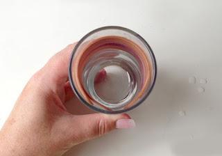 Agar lebih mudah gunakan gelas untuk membentuk stik es krim melengkung