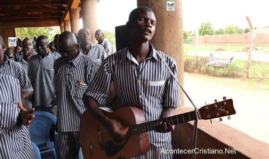Reclusos cantan alabanzas a Dios en prisión