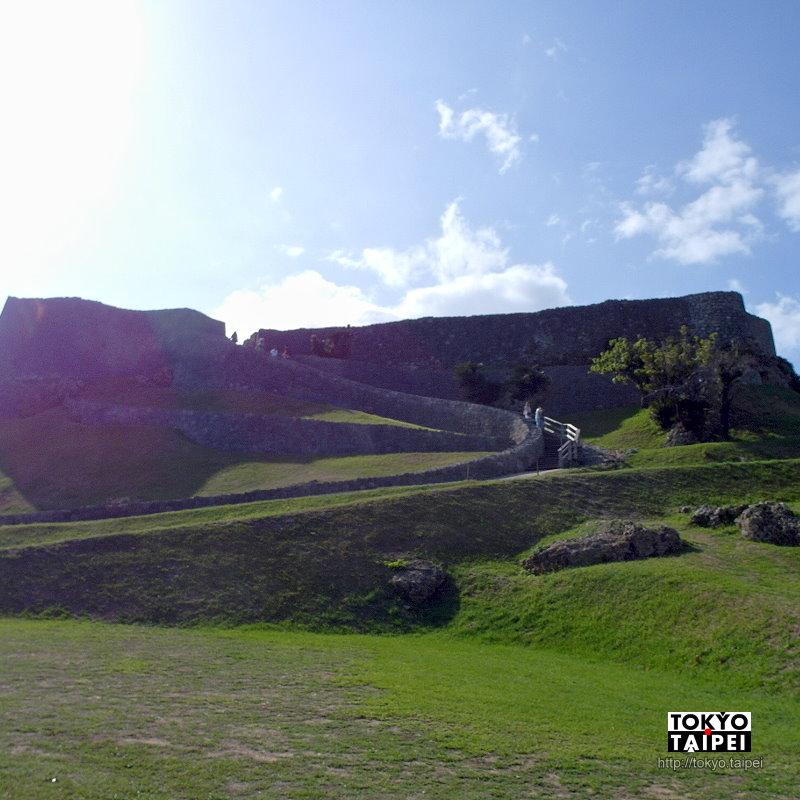【勝連城跡】海景搭配波浪狀城牆 山丘上的沖繩最古老城跡