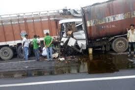 ट्रक में घुसा टैंकर, चालक की मौत-badarwas news