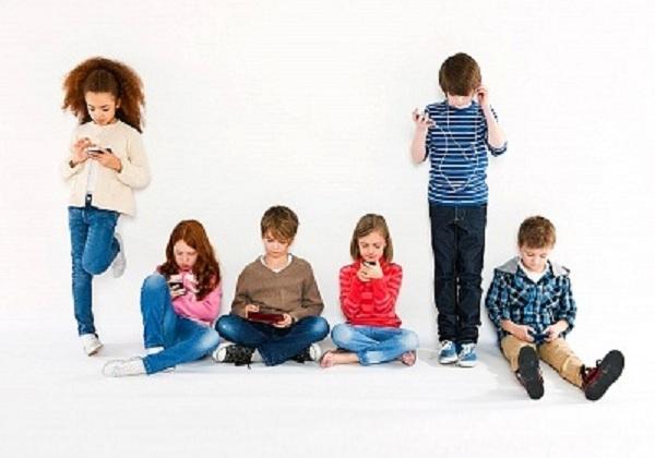 Ubah Kebiasaan Anak Bermain Gadged Menjadi Manfaat Positif