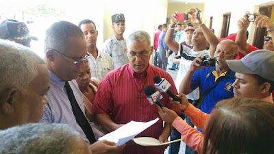 COORDINADORA PROCONSTRUCCION NUEVO HOSPITAL PARA NAGUA ENTREGAN DOCUMENTO A GOBERNADOR