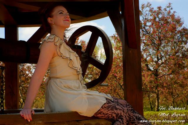 22.04.16 Beżowa sukienka z falbankami, czarne koronkowe rajstopy, czarne szpilki, Sesja Ogród Włoski w Kielcach