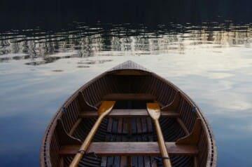 tapi suasana malam dengan rintikan hujan menimbulkan malam ini bertambah hambar merinding  Perahu-perahu Kematian Itu