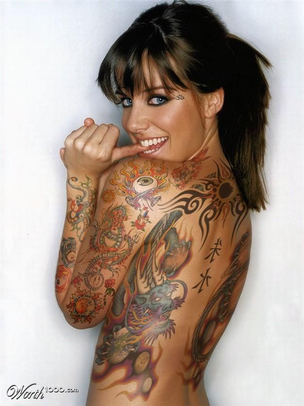 vemos la foto de una mujer con tatuaje en la espalda entera