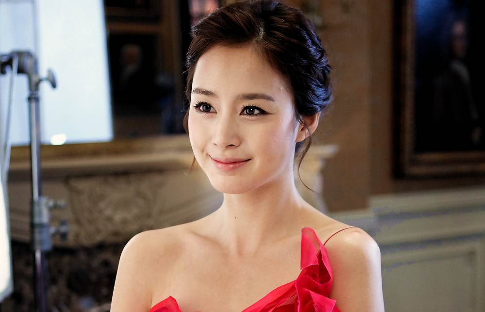 Kim Tae Hee, a beautiful actress who is not only known for its charm,  acting and IQ is also deserves thumbs up. Kim Tae Hee is noted to have an  IQ of ...